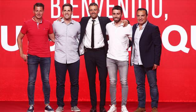 Luis Enrique (centro) junto a su equipo el día de la presentación como seleccionador nacional.