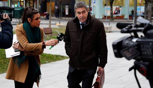 El abogado de la víctima de 'La Manada', Miguel Ángel Morán, atiende a los periodistas a su llegada al Palacio de Justicia de Navarra.
