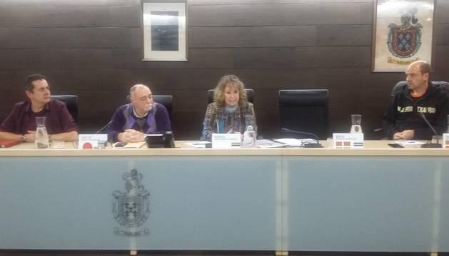 foto de Último pleno de la secretaria. A la izquierda, Marigel Garciandía, que ayer se despidió de la corporación ya que se jubila el próximo 14 de enero después de 40 años de actividad profesional de los que los últimos 18 ha sido como secretaria municipal de Burlada.