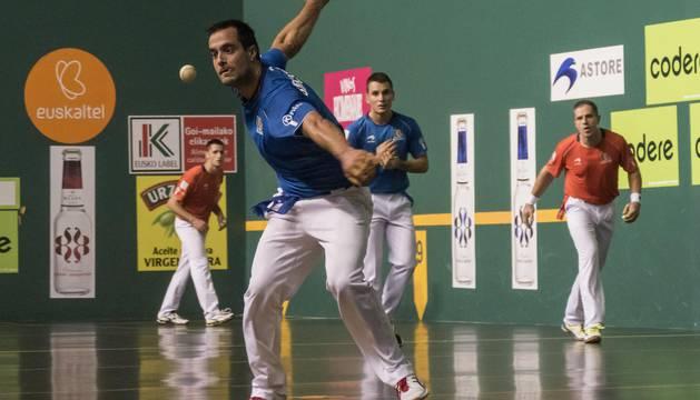 Bengoetxea se dispone a golpear la pelota, con Imaz a su espalda, en el partido del Lizarra de Estella.