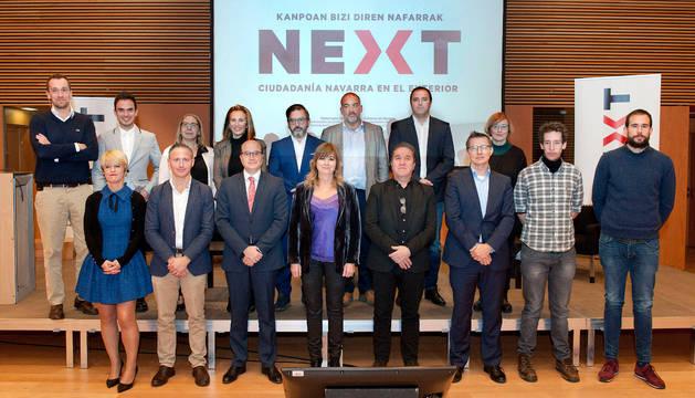 Foto de grupo de la consejera Ollo con participantes en el encuentro.
