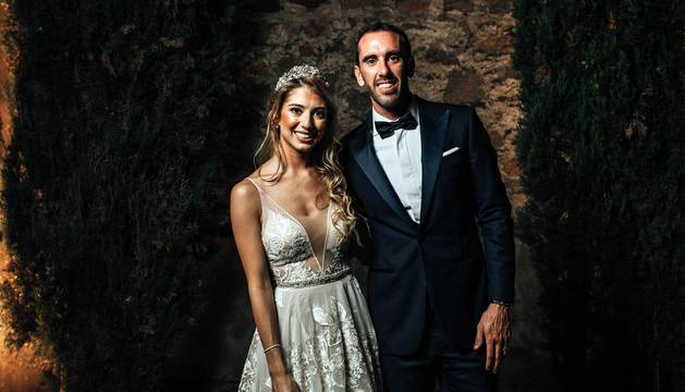 El zaguero del Atlético Madrid Diego Godín se casará con Sofía Herrera en Uruguay por la iglesia, con alguno de sus compañeros del equipo rojiblanco y de la selección uruguaya entre los invitados.
