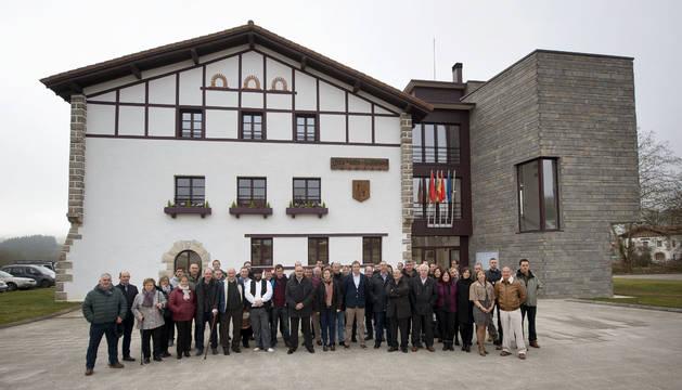 La consejera Elizalde y el resto de participantes, ante la nueva sede del Ayuntamiento.