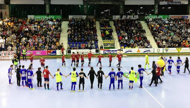 Los jugadores de Osasuna y Alavés de la Liga Genuine celebran el final del partido en la pista.