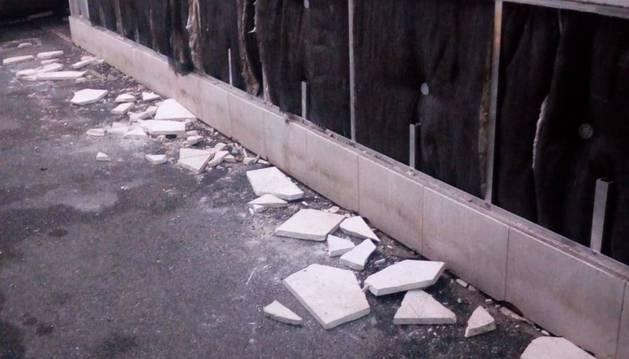 Restos desperdigados del edificio municipal tras el acto vandálico.