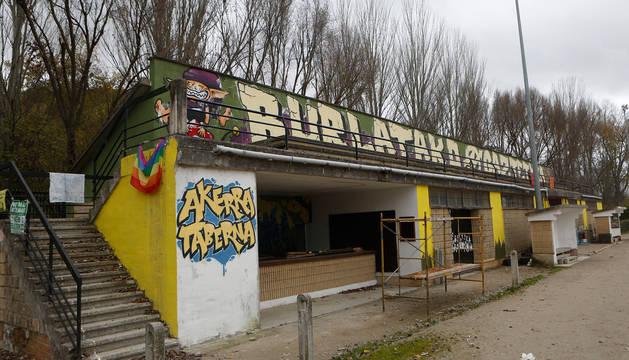 foto de Fachada del edificio de vestuarios que fue okupado por un grupo de jóvenes.