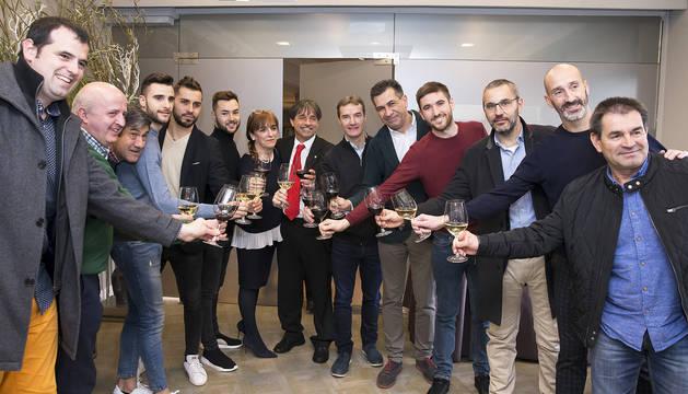 El presidente de Osasuna Magna, Tatono Arregui (centro), junto a jugadores y directivos del club en el brindis.