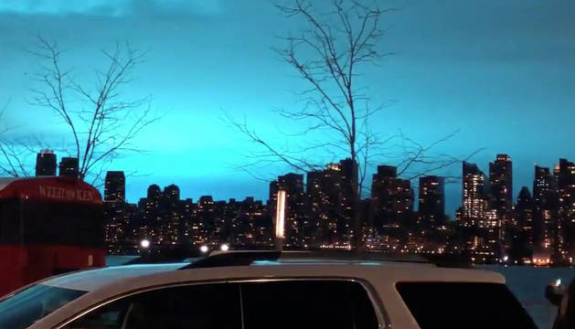 El cielo de Nueva York, iluminado de azul.