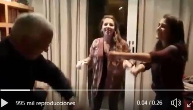 Fotograma del vídeo del hombre bailando con sus nietas.