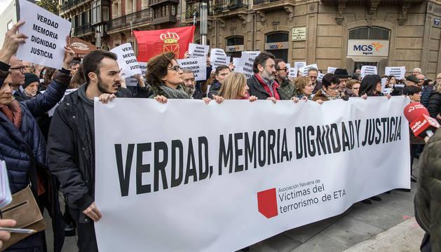 Imagen de la concentración de las víctimas del terrorismo en Pamplona este viernes.