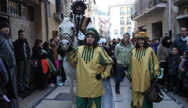 El emisario real, en la puerta de la Sociedad Peñaguda en la calle del Puy, antes de leer el pregón y comenzar su ruta por Estella.