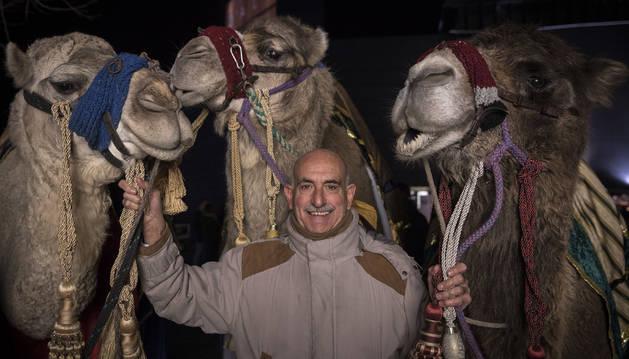Fernando Lizaur posa con las dos dromedarias y el camello de la comitiva de los Reyes Magos.