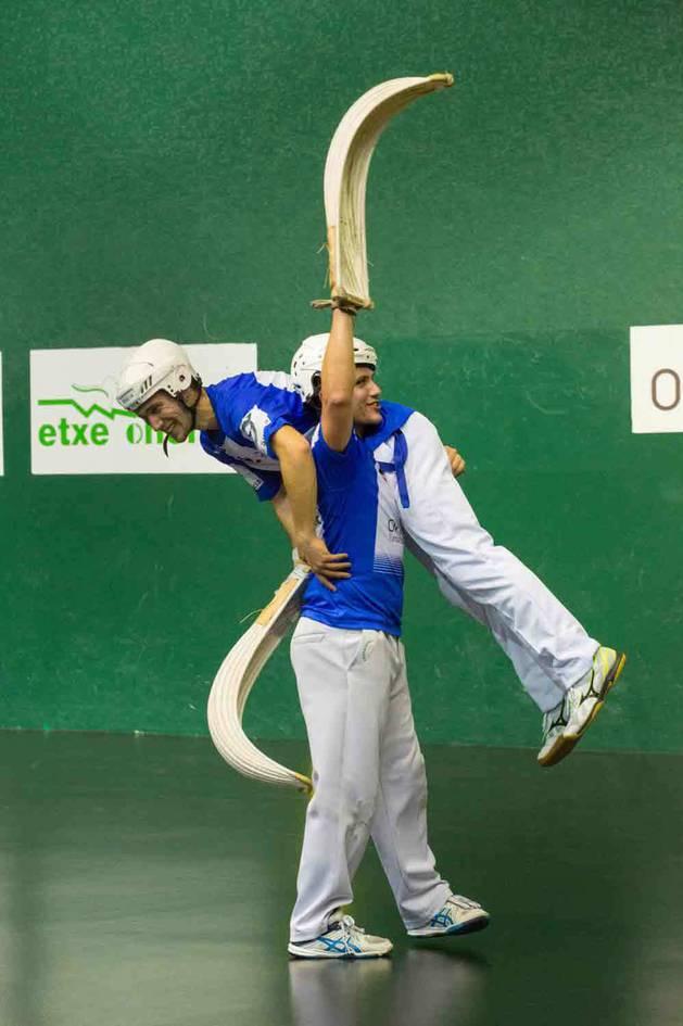 Xanti Uterga carga sobre su hombro con Xabier Azpíroz.
