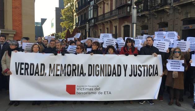 La concentración de Anvite, este sábado a las puertas del Parlamento de Navarra.