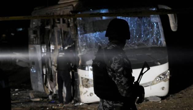 Miembros de los cuerpos de seguridad egipcios inspeccionan los daños causados por un atentado bomba junto a las pirámides de Guiza (Egipto) hoy, 28 de diciembre de 2018. Al menos dos turistas murieron hoy y otras 14 personas resultaron heridas por la explosión de una bomba casera colocada contra un autobús de turistas en la zona de las pirámides de Guiza, a las afueras de El Cairo, informó el Ministerio de Interior Egipcio.
