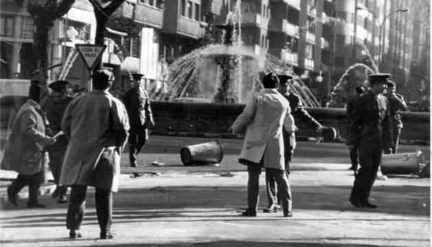 Una instantánea del choque que se produjo entre manifestantes y policías frente al Gobierno Civil en la actual plaza de Merindades