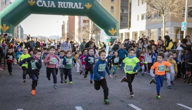 Más de 800 corredores participaron este domingo en la VI San Silvestre de Artica para ayudar a la niña Nerea.