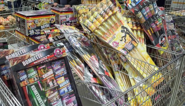 Artículos pirotécnicos a la venta en un supermercado.