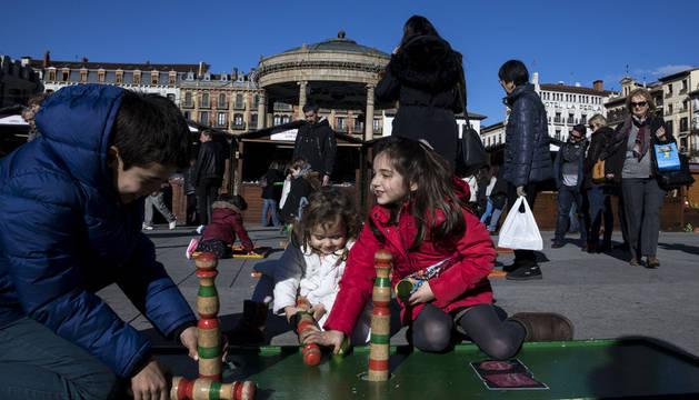 Imagen tomada el año pasado de los juegos tradicionales de madera que este año también se pueden encontrar en la Plaza del Castillo.