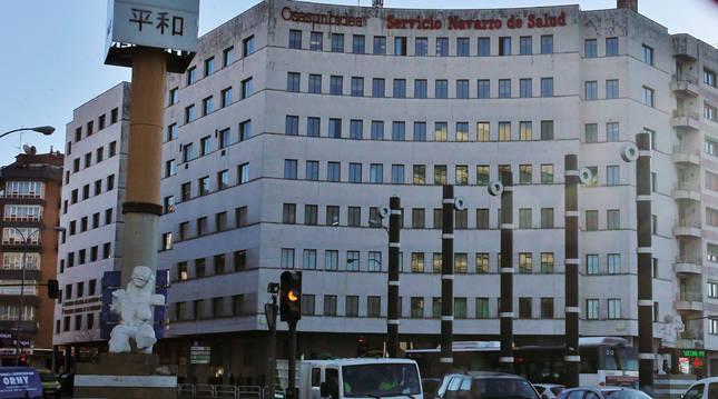 Edificio de la Tesorería de la Seguridad Social (a la izquierda), en Conde Oliveto, que comparte fachada con el del Servicio Navarro de Salud.