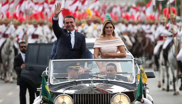 El nuevo presidente brasileño, Jair Bolsonaro, junto a su esposa Michele en el recorrido dirigiéndose al Palacio de Planalto, donde recibirá la banda presidencial de manos de su antecesor, Michel Temer, en Brasilia.
