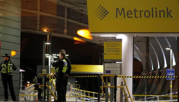 foto de Policías en la estación del metro de Manchester en la que se ha producido el ataque con cuchillo.