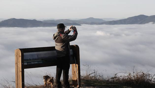 Un hombre fotografía el mar de nubes del pasado 24 de diciembre desde el monte San Cristóbal.