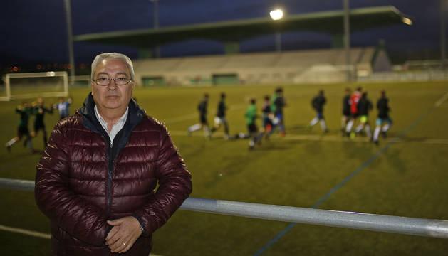 El presidente del Club Deportivo Pamplona, Manuel Larunbe, apoyado en las gradas del Beitikuntzea, con el campo al fondo.