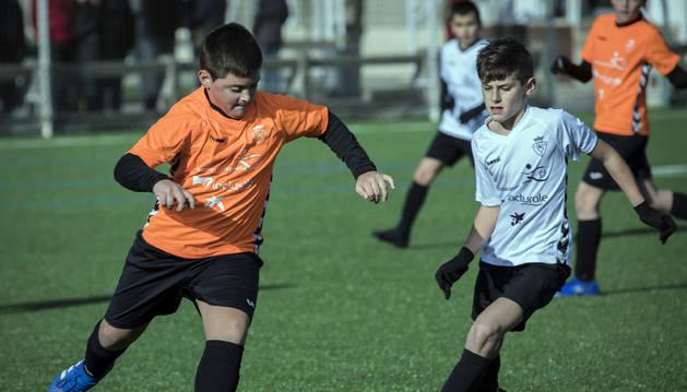 Foto de una acción del partido entre el Juan Bautista Irurzun (naranja) de Peralta contra el San Miguel de Orkoien (blanco). Los de Peralta se clasificaron gracias a la tanda de penaltis.