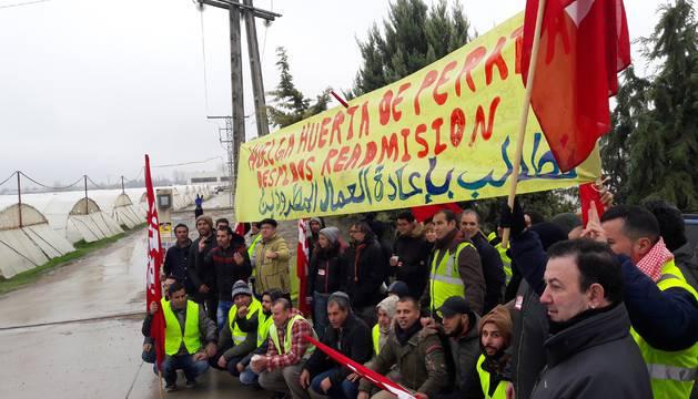 Trabajadores de la empresa Huerta de Peralta, en el inicio de la convocatoria de huelga de LAB.