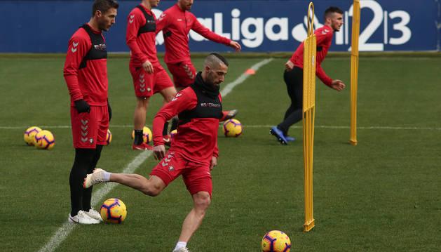 Foto de Lillo golpea el balón junto a Xisco el pasado 22 de diciembre, en el último entrenamiento a puerta cerrada que ha tenido lugar esta temporada en El Sadar.