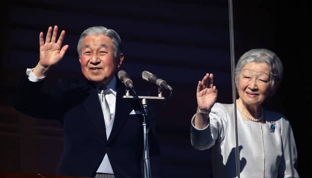 Acompañado de la emperatriz Michiko, Akihito saludó desde un balcón del palacio imperial de Tokio a los japoneses.