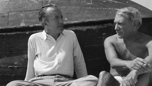Fotografía de Paul Éluard y Pablo Picasso en la playa.