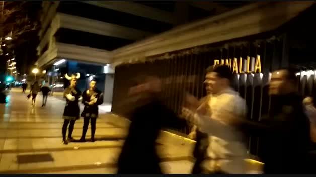 Momento de la agresión en el exterior de la discoteca Canalla de Pamplona.