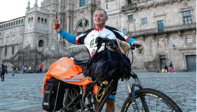 El milagrés Ángel Hernández Aguerri, con su bici en Santiago.