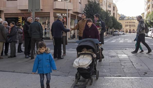 Foto de tránsito de personas ayer por el centro de Estella, en la confluencia del paseo de la Inmaculada con la calle Baja Navarra.