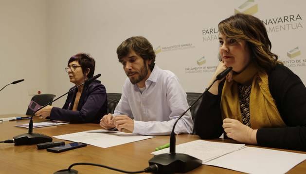 Tere Sáez, Mikel Buil y Ainhoa Aznárez, en una rueda de prensa en el Parlamento.
