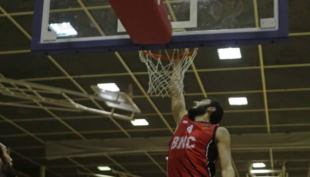 Foto de un mate del Basket Navarra.