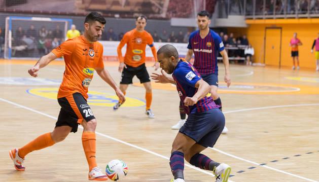 Foto de Pazos intenta esquivar a un jugador del Barça en el último partido disputado en la 'Caldera'.