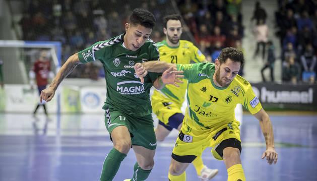 Foto del brasileño Bynho forcejea con el visitante Rafa López, en uno de sus varios enfrentamientos que tuvieron ambos jugadores.