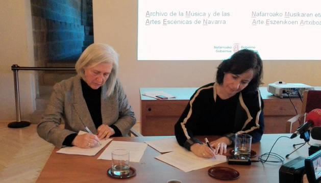 La compositora Teresa Catalán y la consejera Herrera firman el acuerdo de la donación.