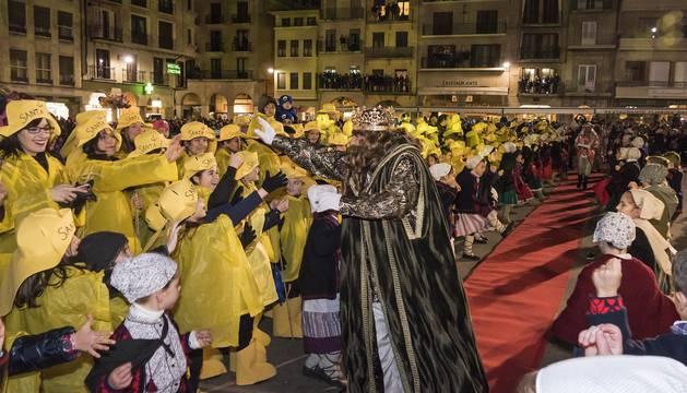 Gaspar avanza por la alfombra roja y saluda a los pequeños que dieron la bienvenida al cortejo real con un emocionante pasillo infantil en la plaza de los Fueros.