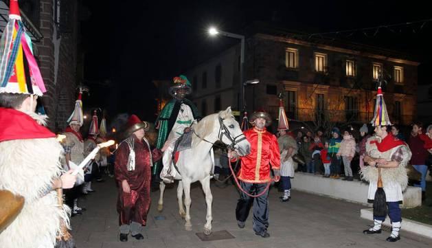 Foto de los 'joaldunak' de Aurtitz flanquean el paso de los Reyes Magos en Elizondo.