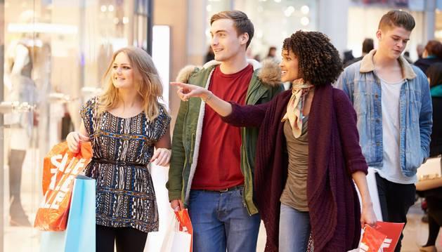 Los jóvenes, un público fiel a las rebajas que se inician el martes día 8 de enero.