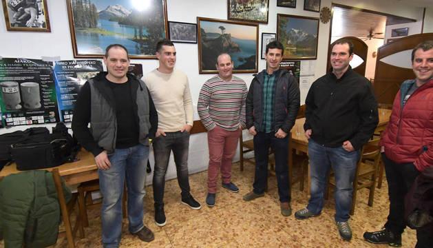 Iker Vicente, segundo por la izquierda, junto a su padre Daniel y su cuadrilla este sábado en Tolosa.