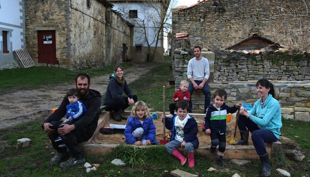 Cuatro de los adultos y cinco de los niños que en pocos años repoblarán Zoroquiáin.