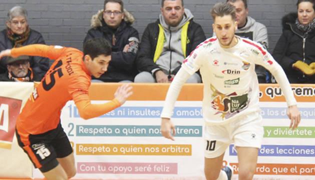 Álex Fuentes, de Naturpellet, conduce el balón ante el jugador de Aspil, Tripodi.