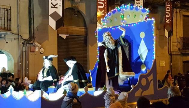 Sus Majestades llenaron de ilusión a los niños en las calles de Tafalla.
