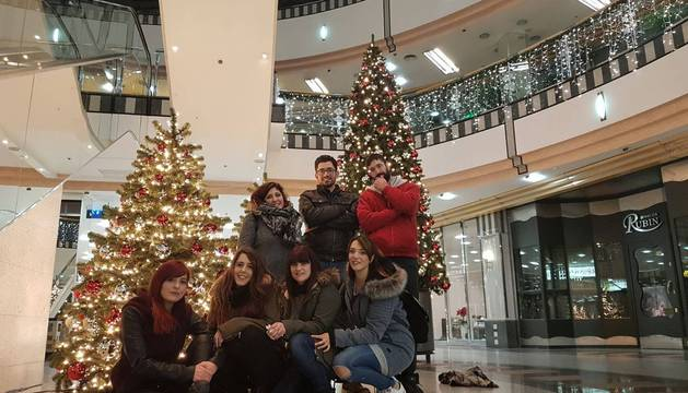 Elena, segunda por la izquierda, en la fila inferior, con un grupo de compatriotas en un centro comercial de Paderborn.
