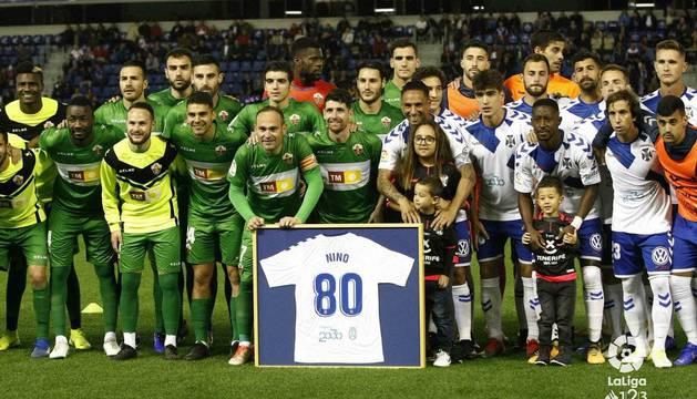 Nino, con su actual equipo, el Elche, recibió un homenaje de uno de sus anteriores clubes, el Tenerife.